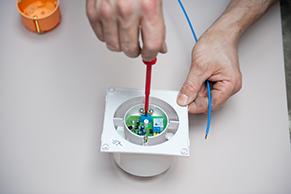 Electricit raccorder un extracteur de salle de bains for Extracteur humidite salle de bain