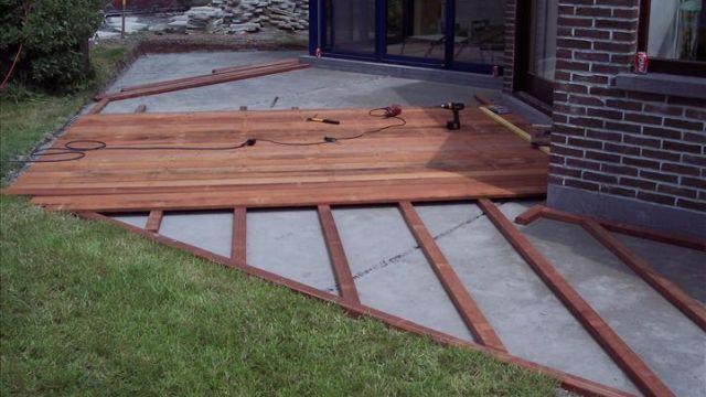 Houten terras aanleggen - Bedek een houten terras ...