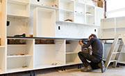 Keukenkasten en werkblad plaatsen