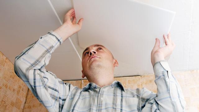 Plafondtegels plaatsen