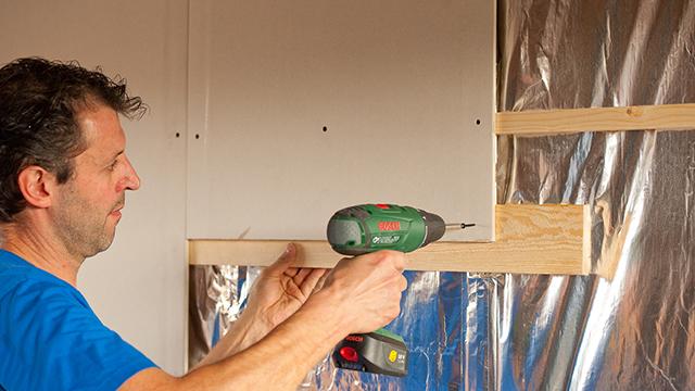 Plafonds of wanden plaatsen leer het met for Vijverrand afwerken met hout