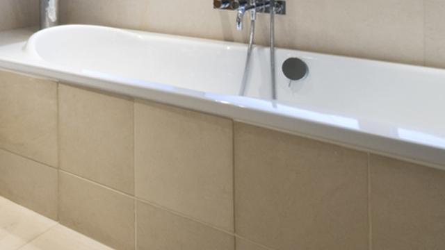 baignoire qui s ouvre on doit cette petite salle de bains sans baignoire de moins de m la. Black Bedroom Furniture Sets. Home Design Ideas