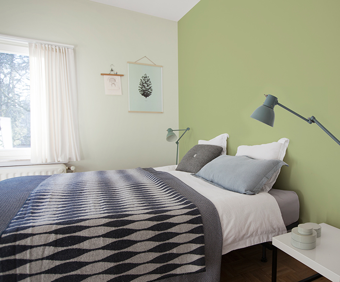 hou je toch van een echt felle kleur in de slaapkamer breng deze dan alleen aan achter het bed zodat ze de ruimte niet overheerst