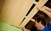 Houten plafond plaatsen met planchetten