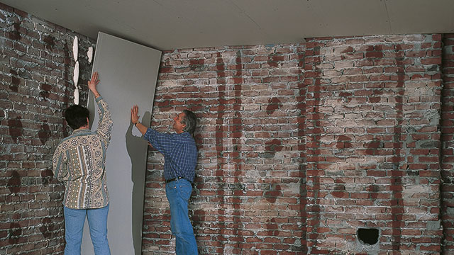 Een wand bekleden met gyproc platen for Behang voor slechte muren